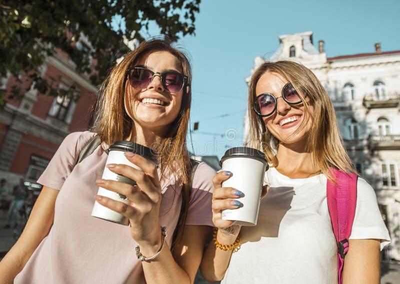 Beste Vrienden met Koffiekoppen royalty-vrije stock fotografie