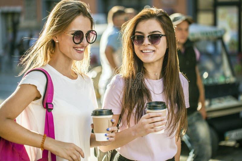 Beste Vrienden met Koffiekoppen royalty-vrije stock afbeeldingen