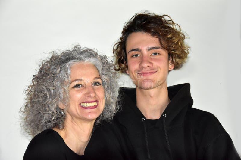Beste vrienden, moeder en tienerzoon in een goede stemming royalty-vrije stock foto's