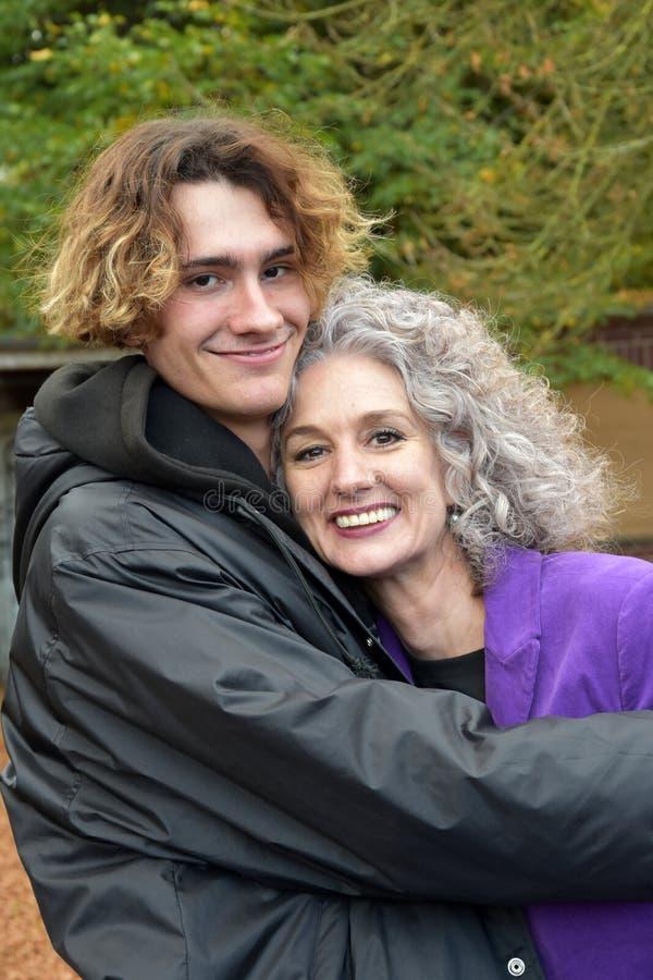 Beste vrienden, moeder en tienerzoon in een goede stemming stock afbeelding