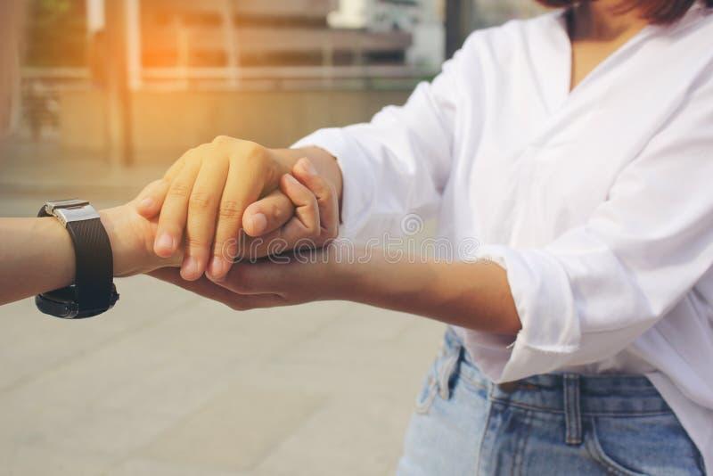 Beste Vrienden, vrouw die Twee hun handen houden royalty-vrije stock afbeeldingen
