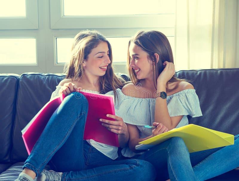Beste vriendenmeisjes die thuiswerk thuis bestuderen stock foto's