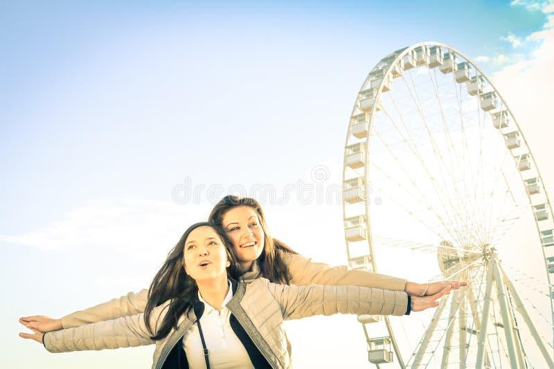 Beste vrouwelijke vrienden die van tijd genieten samen in openlucht bij luna park stock fotografie