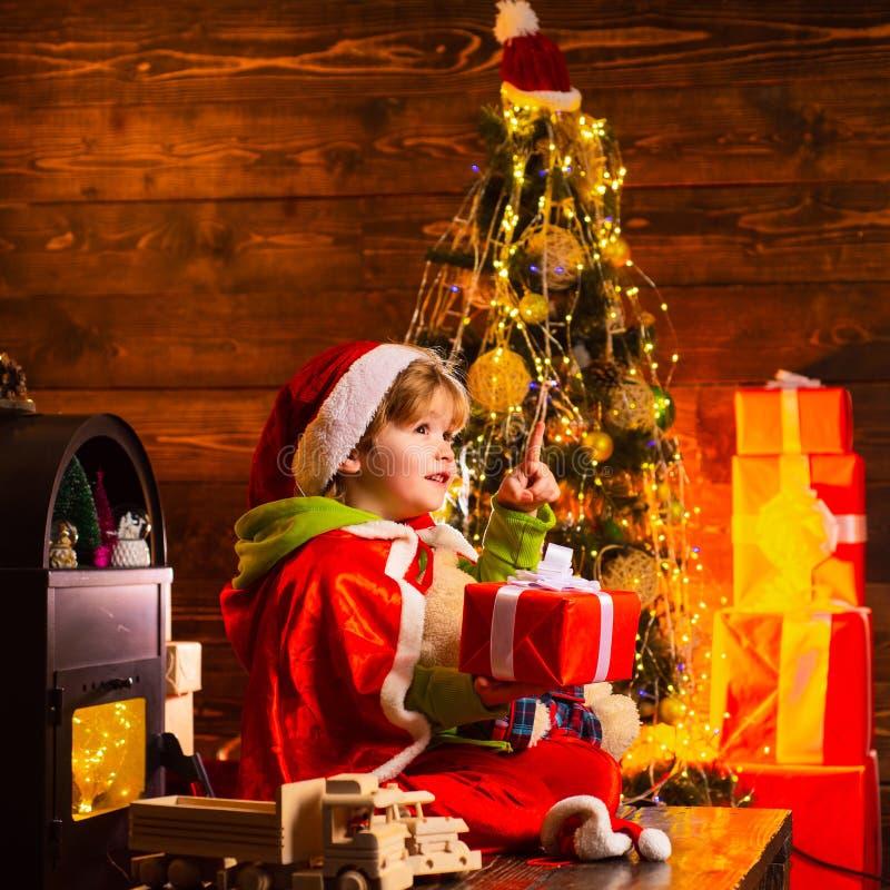 Beste W?nsche Lokalisiert auf wei?em Hintergrund Isolat auf Wei? Nettes kleines Kinderjungenspiel nahe Weihnachtsbaum Kind genieß stockfotografie