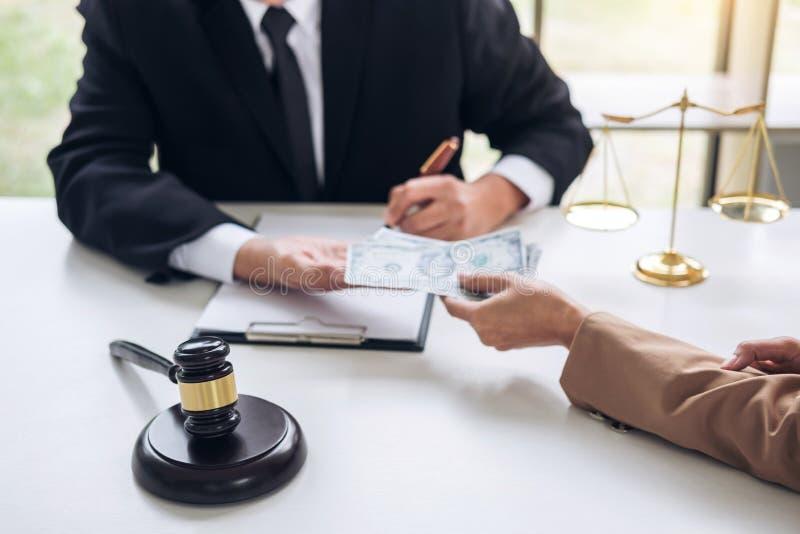 Bestechung und Korruptionskonzept, Bestechungsgeld in Form von Dollarschein lizenzfreie stockfotos