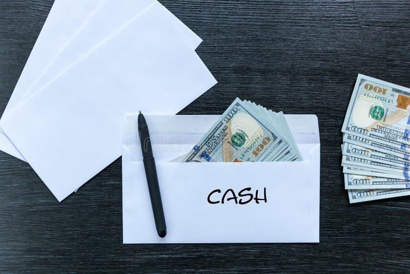 Bestechungsgeld in einem Umschlag bargeld stockfoto