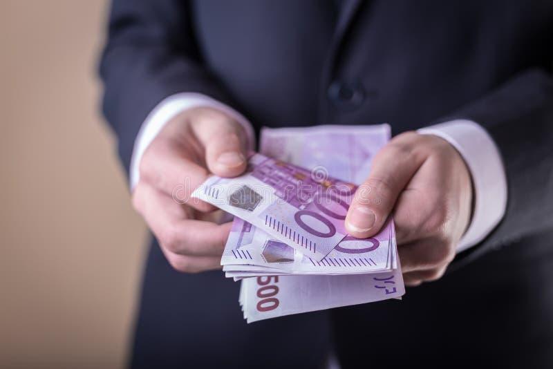 Bestechungsgeld und Korruption mit Eurobanknoten stockbild