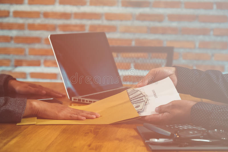 Bestechungsgelder, die in einer Geschäftslage angeboten werden lizenzfreies stockfoto