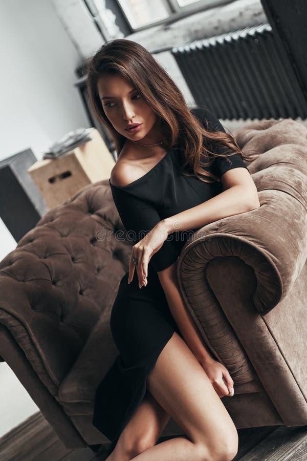 Bestedende onbezorgde tijd Hoogste mening van aantrekkelijke jonge vrouw in Gr royalty-vrije stock afbeeldingen