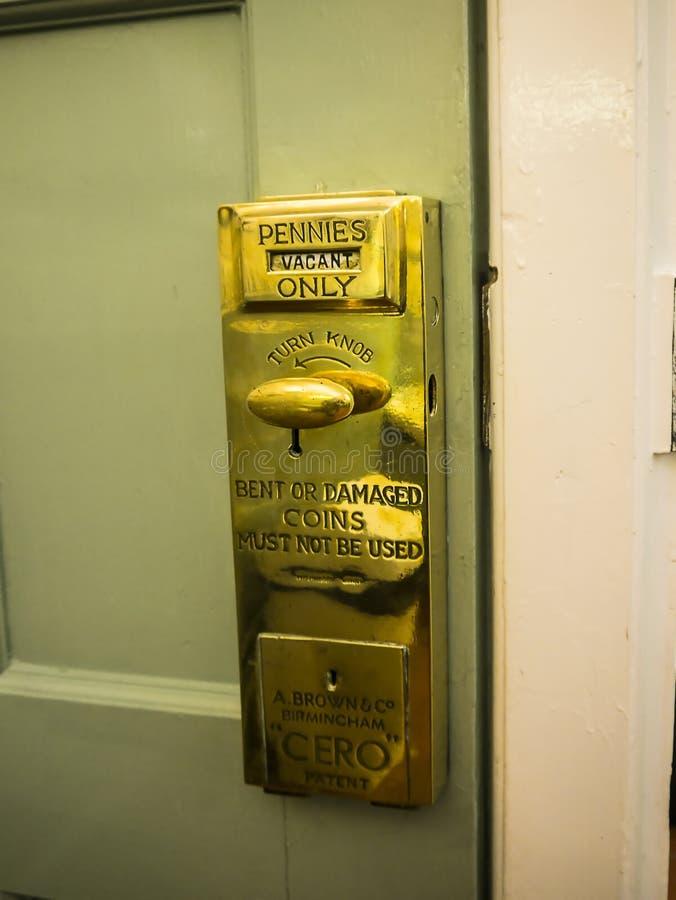 Besteed een stuiver in toiletten in Dame Lever Art Gallery van Havenzonlicht, door William Hesketh Lever voor zijn arbeiders die  royalty-vrije stock fotografie