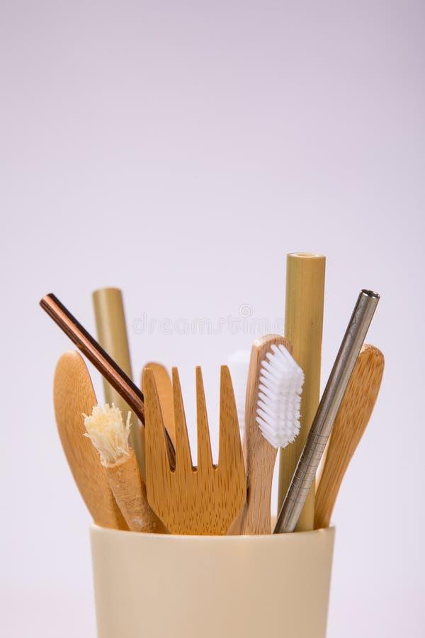 Bestek van het Eco het vriendschappelijke bamboe en tandenborstels Nul afvalconcept royalty-vrije stock fotografie