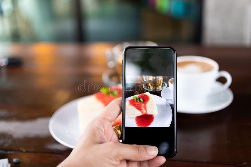 Bestellen von Lebensmitteln online für die Bequemlichkeit der Kunden durch mobile Systeme, Bildnutzung für die Entwicklung der Te stockfotos