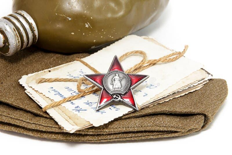 Bestellung des roten Sternes, der alten Fotografien, der Feldmütze und der Flasche Position lizenzfreies stockfoto