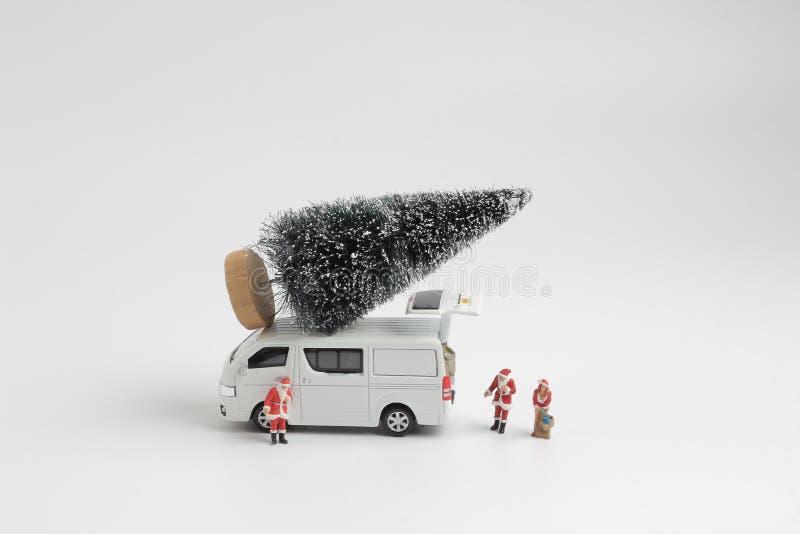 bestelwagen met een Kerstboom op het dak royalty-vrije stock fotografie
