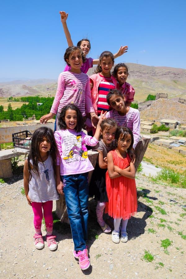 Bestelwagen, 7 Turkije-Juli, 2015: De gelukkige Koerdische meisjes glimlachen voor beelden royalty-vrije stock foto
