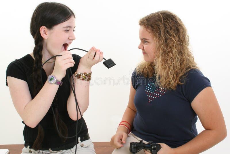 Bester Freund, der über Videospiel-Controller kämpft lizenzfreie stockfotografie