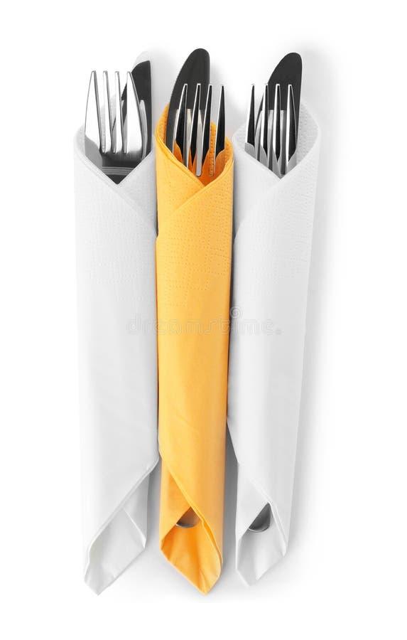 Bestick som slås in i pappers- servetter på vit bakgrund royaltyfria bilder