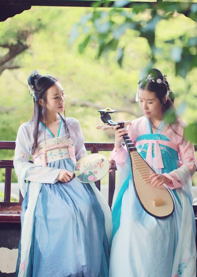 Bestie cercano de las novias en guitarra antigua tradicional china del laúd del pipa del juego del traje imagen de archivo