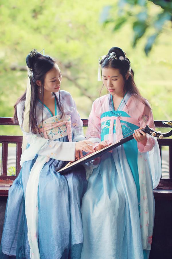 Bestie cercano de las novias en guitarra antigua tradicional china del laúd del pipa del juego del traje fotos de archivo libres de regalías