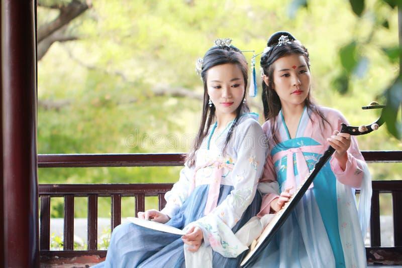 Bestie cercano de las novias en guitarra antigua tradicional china del laúd del pipa del juego del traje imágenes de archivo libres de regalías