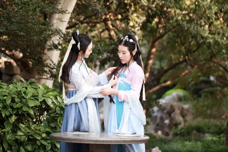 Bestie cercano de las novias en risa antigua tradicional china de la charla de la charla del traje fotos de archivo libres de regalías