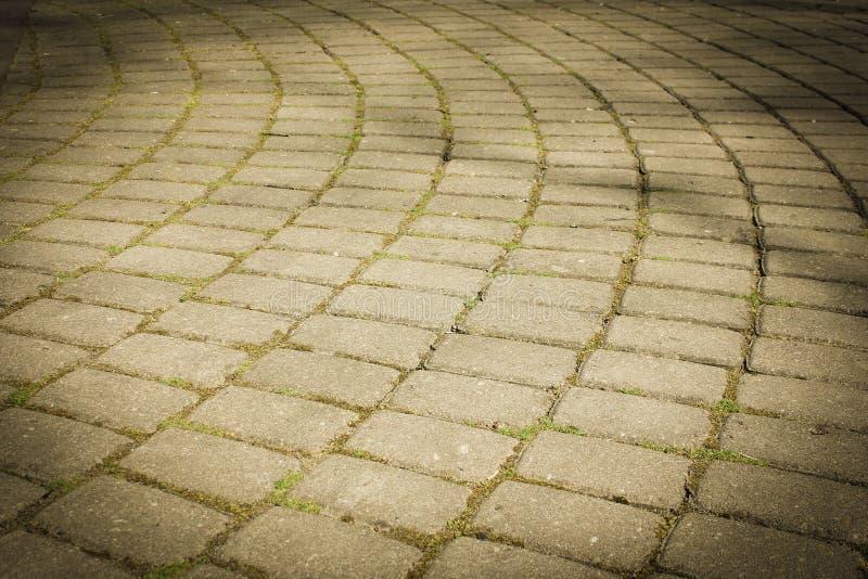 Bestrating in een halve cirkel van vlotte stenen wordt opgemaakt die Het bedekken ston stock foto