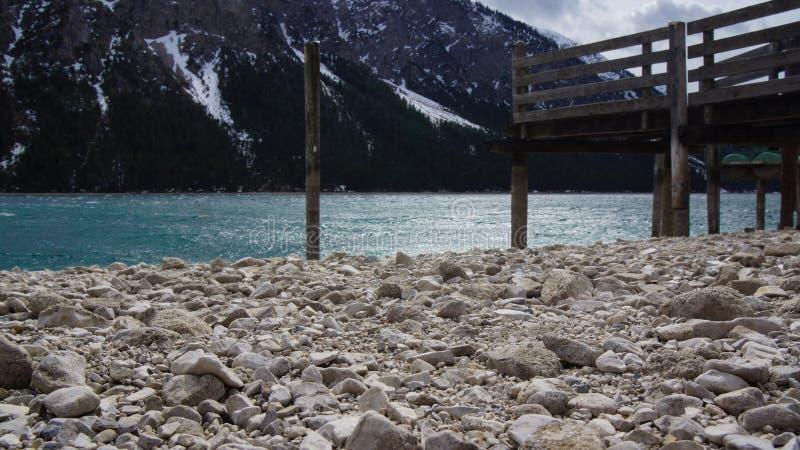 Bestreuen Sie alpinen See des Seeufer- und Bootslandungsstadiums mit Kies lizenzfreies stockbild