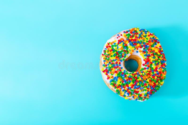 Bestrooide doughnut op pastelkleur blauwe achtergrond stock foto