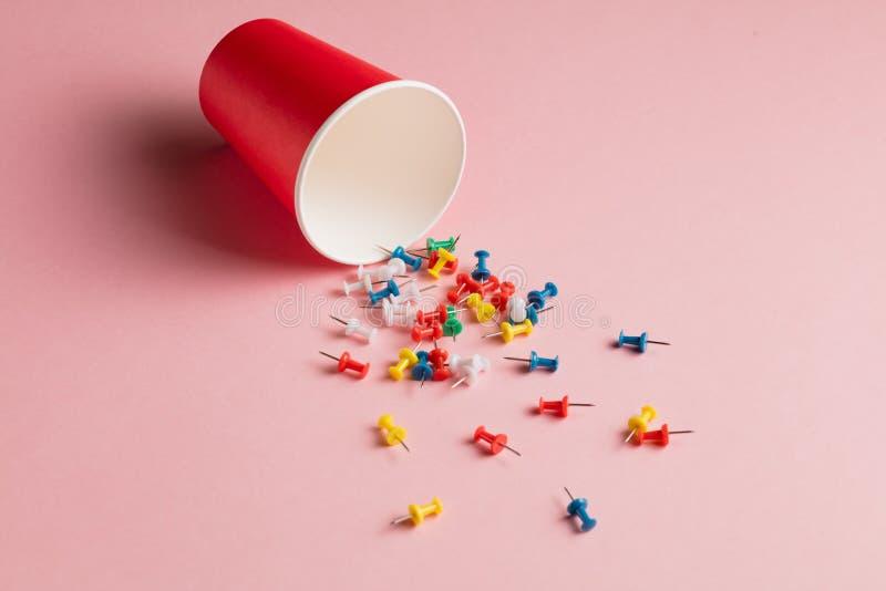 Bestrooide kleurrijke verschillende spelden in de open fles royalty-vrije stock foto