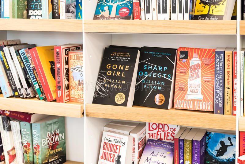 Bestseller-Bücher für Verkauf auf Bibliotheks-Regal stockfotos