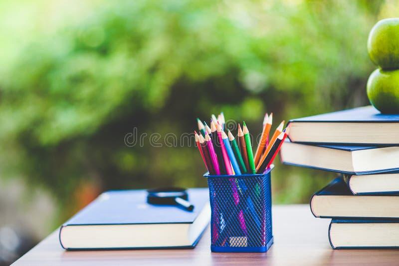 Bestuderend boeken en scholingsmateriaal stock afbeelding