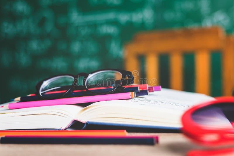 Bestuderend boeken en scholingsmateriaal stock fotografie