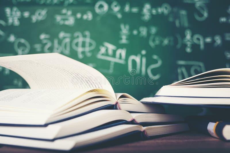 Bestuderend boeken en scholingsmateriaal stock foto's
