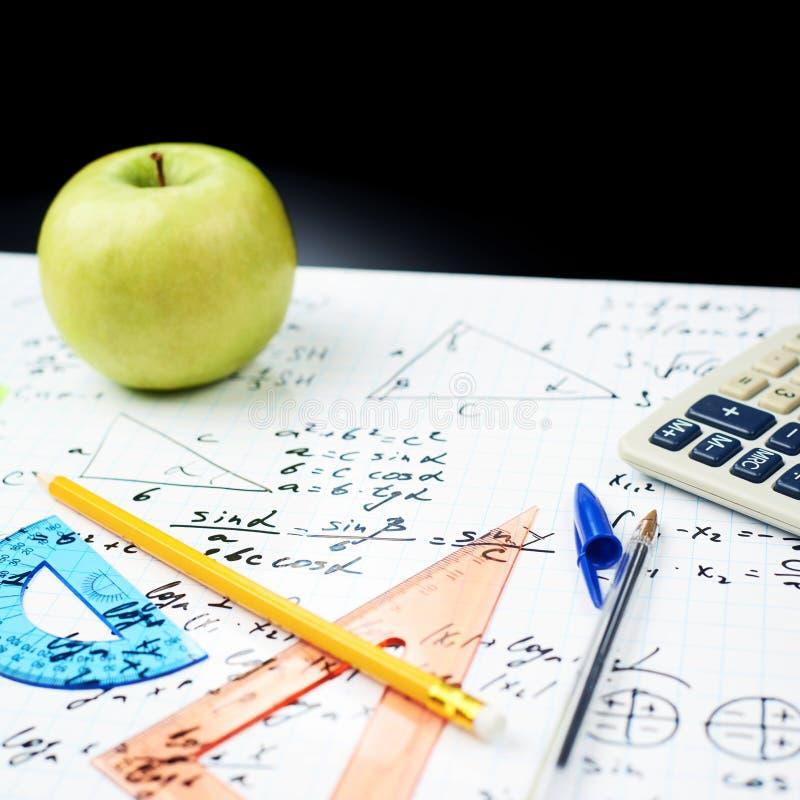 Bestuderend wiskunde, terug naar schoolsamenstelling stock foto's