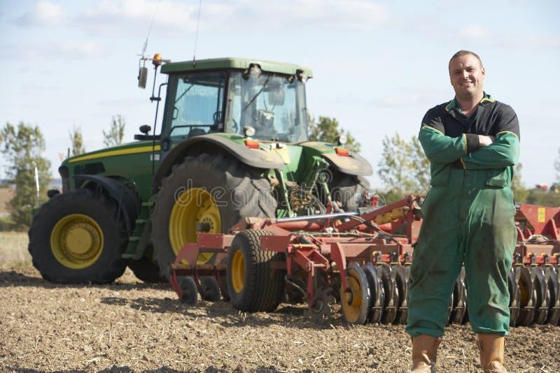 Bestuurder die zich voor Tractor bevindt royalty-vrije stock fotografie