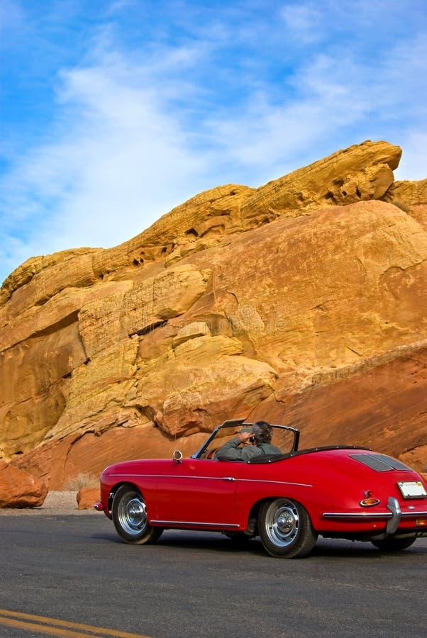 Bestuurder in uitstekende rode auto stock foto's