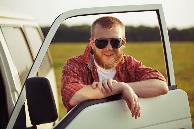 Bestuurder van een vrachtwagen in zonnebril royalty-vrije stock foto
