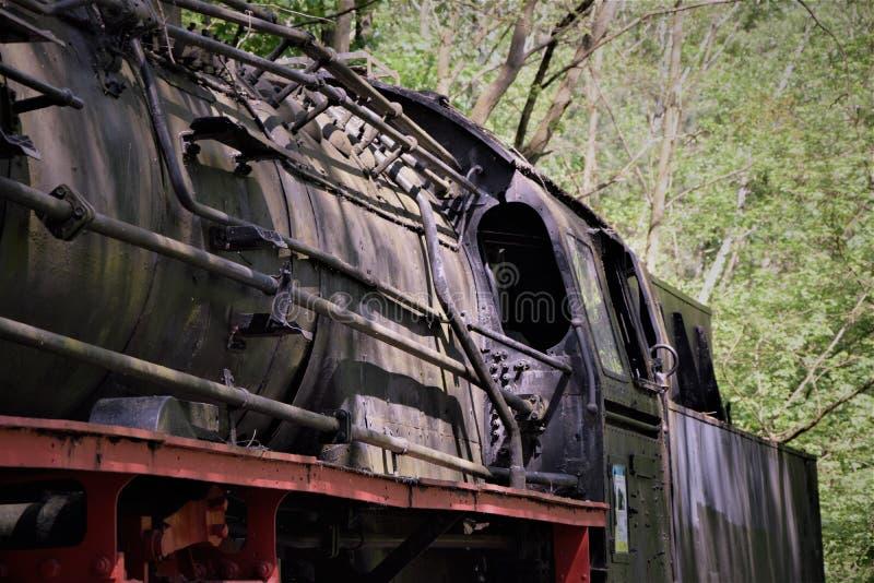 Bestuurders` s cabine in een oude verlaten trein stock fotografie
