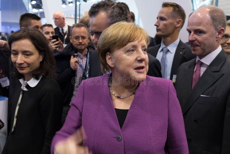 Besuch des Kanzlers von Deutschland Angela Merkel zum Stand von der Liebherr Gruppe lizenzfreies stockfoto