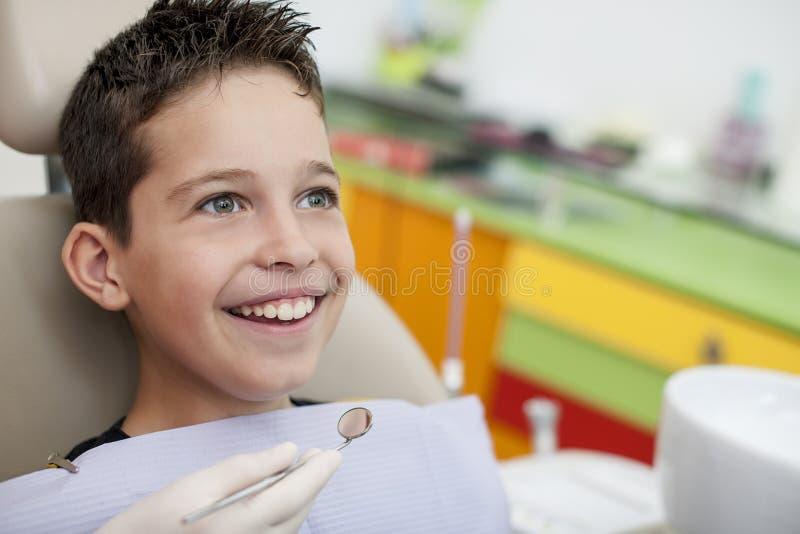 Besuch zum Zahnarzt lizenzfreie stockbilder