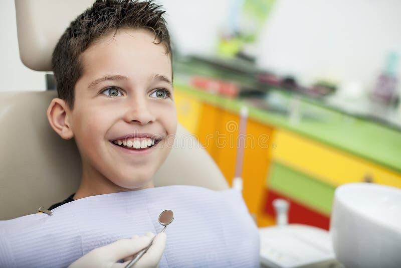 Besuch zum Zahnarzt stockbilder