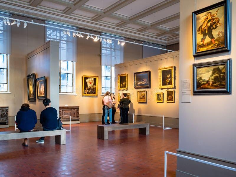 Besucher auf Exkursion in Pushkin-Landesmuseum stockbild