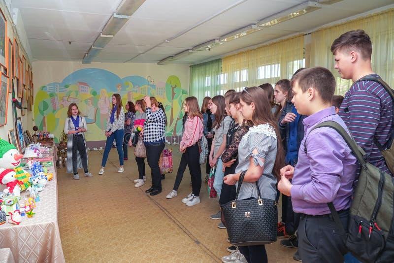 Besucher an der Ausstellung von Arbeiten durch Studenten am College der Stadt von Chapaevsk lizenzfreie stockbilder