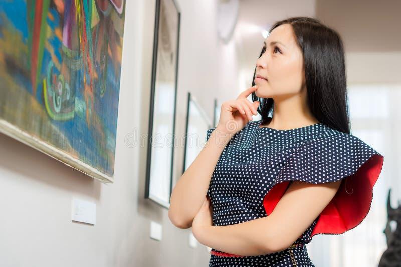 Besucher in der Galerie lizenzfreie stockbilder