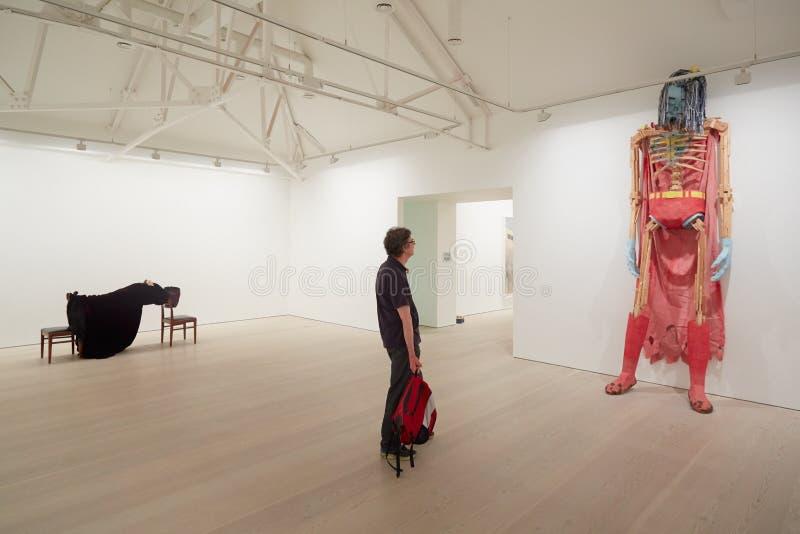Besucher an der Kunstausstellung an der Saatchi-Galerie in London lizenzfreies stockfoto