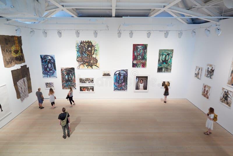 Besucher an der Kunstausstellung an Saatchi-Galerie in London stockfotografie