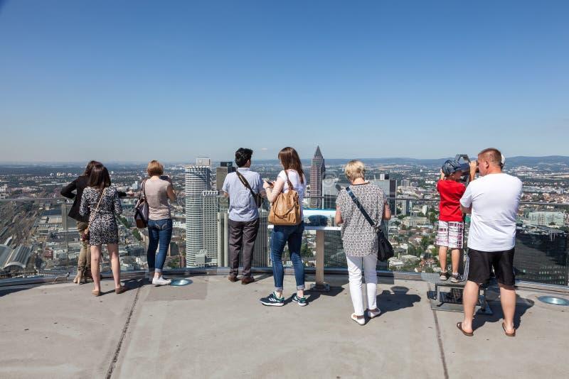 Besucher an der Spitze des Hauptturms in Frankfurt stockbild