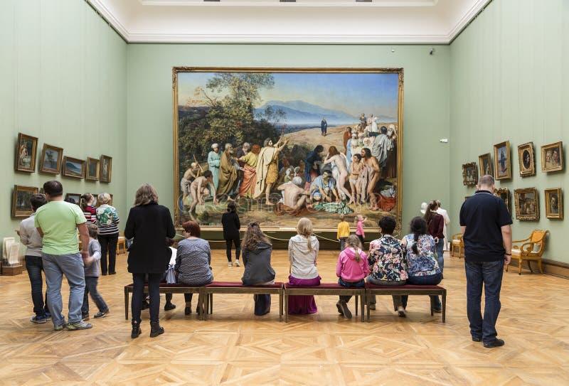 Besucher in der Tretjakow-Galerie lizenzfreies stockfoto