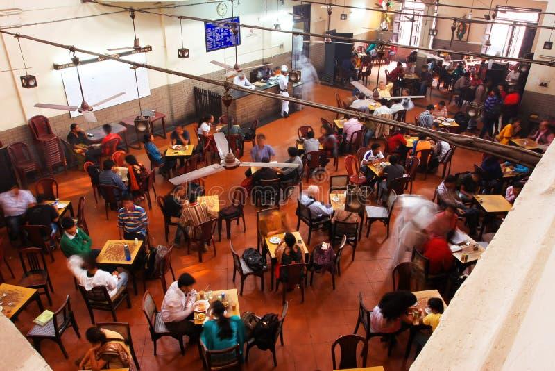 Besucher des populären indischen Kaffee-Hauses essen zu Mittag lizenzfreie stockfotografie