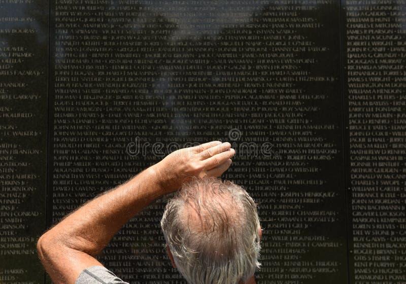 Besucher des Vietnamkriegdenkmals in Washington lizenzfreie stockbilder